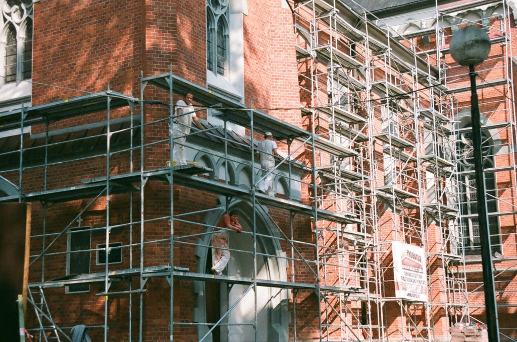 Ouvriers rénovants une façade