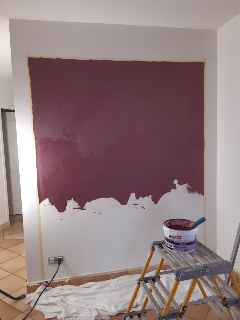 Peinture de couleur bordeaux sur un pan de mur blanc par Dupont Christian dans le 49