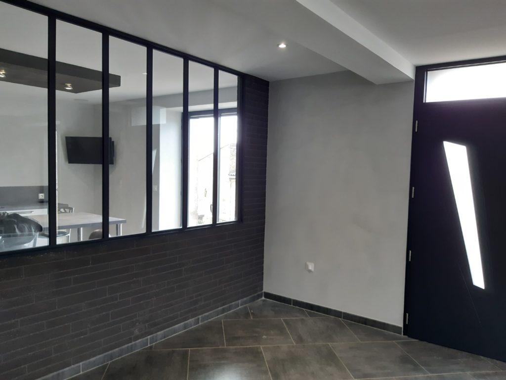 Verrière sur murs en briques grises dans une maison avec murs blanc et carrelage par Dupont Christian dans le 49